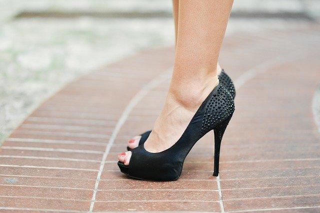 נעלי עקב שחורות